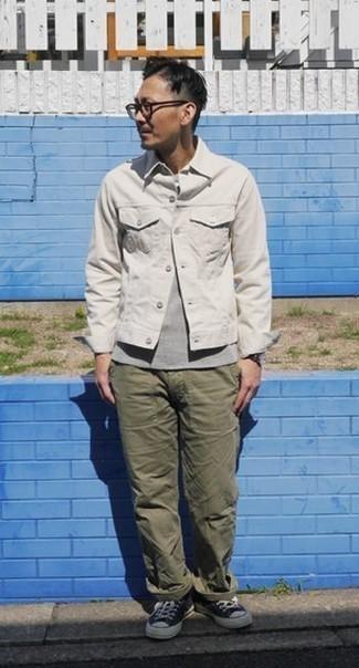 Combinar una chaqueta vaquera blanca: Considera ponerse una chaqueta vaquera blanca y un pantalón chino verde oliva para una apariencia fácil de vestir para todos los días. Si no quieres vestir totalmente formal, usa un par de tenis de lona en azul marino y blanco.