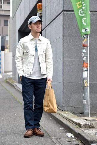 Combinar una chaqueta vaquera blanca: Haz de una chaqueta vaquera blanca y un pantalón chino azul marino tu atuendo para una apariencia fácil de vestir para todos los días. Completa tu atuendo con botas casual de cuero marrónes para mostrar tu inteligencia sartorial.