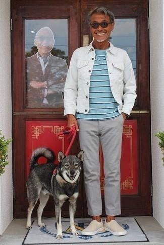 Combinar una chaqueta vaquera blanca: Casa una chaqueta vaquera blanca con un pantalón chino gris para un look diario sin parecer demasiado arreglada. Zapatillas slip-on de lona en beige son una opción estupenda para completar este atuendo.