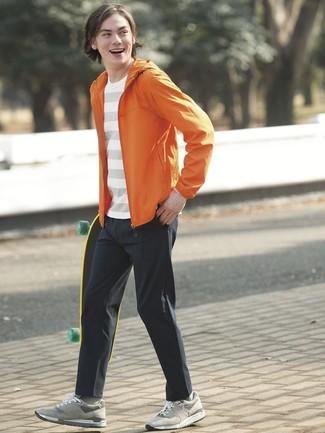 Cómo combinar: tenis de ante grises, pantalón chino negro, camiseta con cuello circular de rayas horizontales blanca, chubasquero naranja
