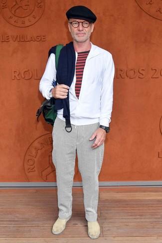 Cómo combinar: zapatillas slip-on de cuero en beige, pantalón chino de rayas verticales blanco, camiseta con cuello circular de rayas horizontales roja, chubasquero blanco