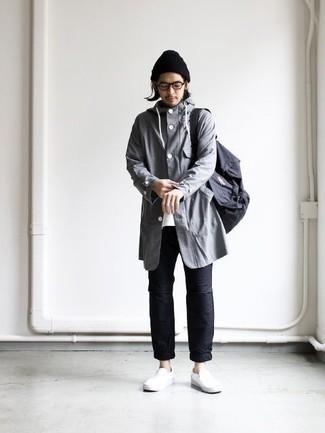 Combinar unas zapatillas slip-on de cuero blancas: Opta por un chubasquero gris y un pantalón chino negro para conseguir una apariencia relajada pero elegante. Zapatillas slip-on de cuero blancas son una opción buena para complementar tu atuendo.