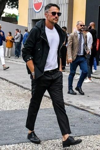 Combinar un chubasquero: Casa un chubasquero junto a un pantalón chino en gris oscuro para cualquier sorpresa que haya en el día. Zapatos derby de cuero negros levantan al instante cualquier look simple.