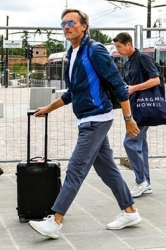 Combinar un chubasquero azul marino: Para un atuendo que esté lleno de caracter y personalidad utiliza un chubasquero azul marino y un pantalón chino azul. ¿Quieres elegir un zapato informal? Usa un par de deportivas blancas para el día.