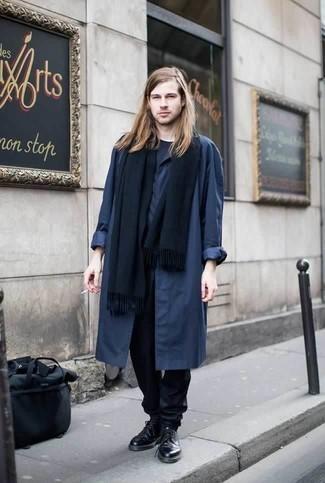 Combinar una bufanda azul marino: Un chubasquero azul marino y una bufanda azul marino son una opción atractiva para el fin de semana. Con el calzado, sé más clásico y haz zapatos derby de cuero negros tu calzado.
