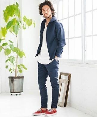 Combinar un chubasquero azul marino: Usa un chubasquero azul marino y un pantalón chino azul marino para una vestimenta cómoda que queda muy bien junta. Tenis de lona rojos son una opción inigualable para complementar tu atuendo.