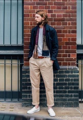Combinar una bufanda estampada: Casa un chubasquero azul marino con una bufanda estampada para un look agradable de fin de semana. ¿Te sientes valiente? Completa tu atuendo con zapatillas slip-on de lona en beige.