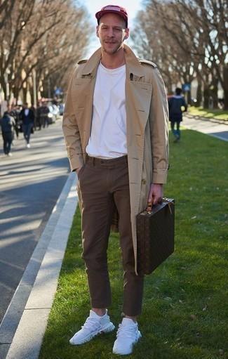 Combinar un portafolio de cuero en marrón oscuro: Emparejar una gabardina marrón claro con un portafolio de cuero en marrón oscuro es una opción inigualable para el fin de semana. ¿Quieres elegir un zapato informal? Elige un par de deportivas blancas para el día.