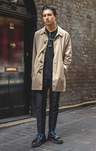 Combinar unos zapatos derby de cuero negros: Usa una gabardina marrón claro y un pantalón chino negro para las 8 horas. Opta por un par de zapatos derby de cuero negros para mostrar tu inteligencia sartorial.