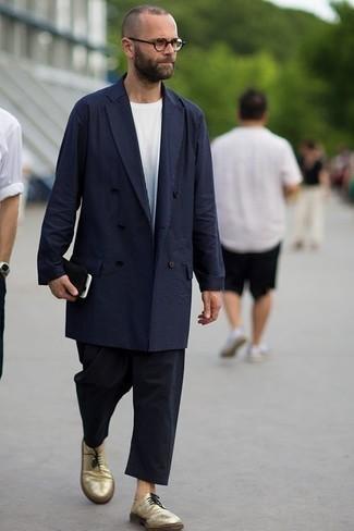 Unos zapatos derby de vestir con un pantalón chino negro: Intenta ponerse una gabardina azul marino y un pantalón chino negro para las 8 horas. Complementa tu atuendo con zapatos derby para mostrar tu inteligencia sartorial.
