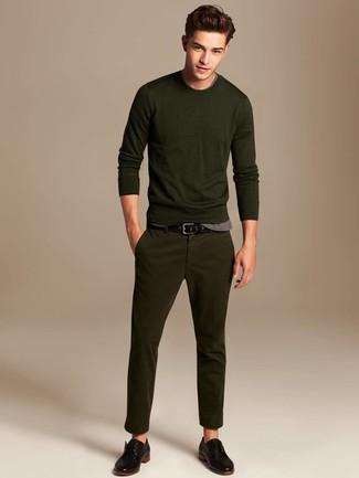 Cómo combinar: zapatos derby de cuero negros, pantalón chino verde oliva, camiseta con cuello circular gris, jersey con cuello circular verde oliva