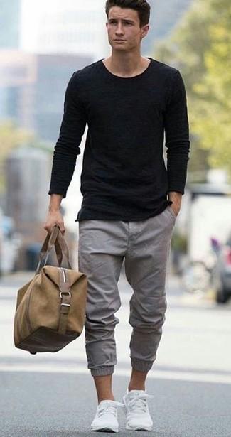 Cómo combinar: tenis blancos, pantalón chino gris, camiseta con cuello circular negra, jersey con cuello circular negro