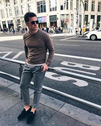 Cómo combinar: mocasín con borlas de ante negro, pantalón chino de rayas verticales gris, camiseta con cuello circular blanca, jersey con cuello circular marrón