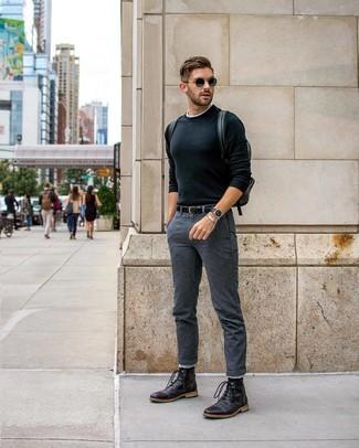 Cómo combinar: botas casual de cuero negras, pantalón chino en gris oscuro, camiseta con cuello circular blanca, jersey con cuello circular negro