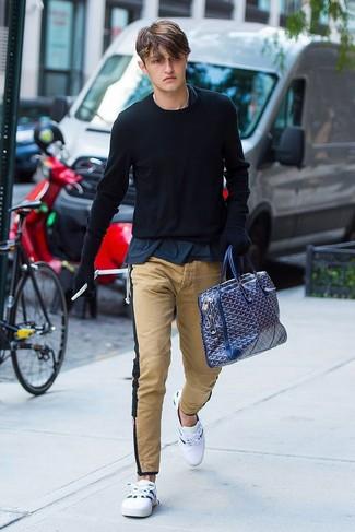 Cómo combinar: tenis blancos, pantalón chino marrón claro, camiseta con cuello circular azul marino, jersey con cuello circular negro