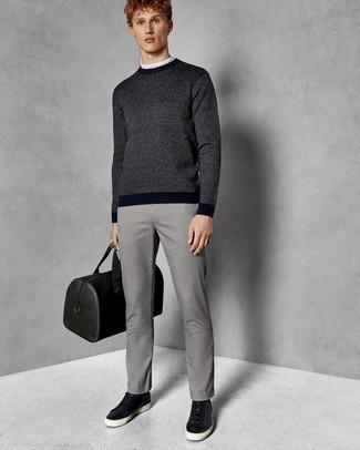Combinar una bolsa de viaje de cuero negra: Para un atuendo tan cómodo como tu sillón utiliza un jersey con cuello circular de rayas verticales azul marino y una bolsa de viaje de cuero negra. Tenis de cuero negros son una forma sencilla de mejorar tu look.