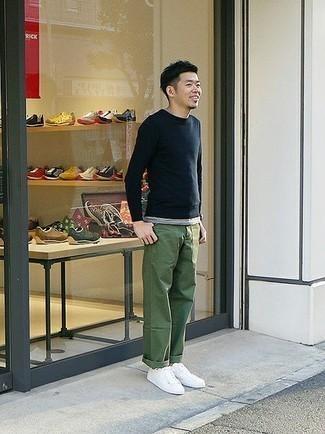 Combinar un pantalón chino verde oliva: Considera ponerse un jersey con cuello circular azul marino y un pantalón chino verde oliva para una apariencia fácil de vestir para todos los días. Si no quieres vestir totalmente formal, opta por un par de tenis de lona blancos.
