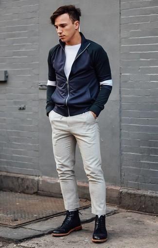 Combinar un jersey de cuello alto con cremallera azul marino: Utiliza un jersey de cuello alto con cremallera azul marino y un pantalón chino en beige para una apariencia fácil de vestir para todos los días. Botas casual de cuero negras son una opción perfecta para complementar tu atuendo.
