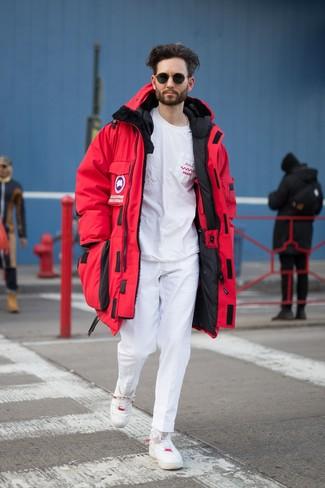Cómo combinar: tenis de cuero blancos, pantalón chino blanco, camiseta con cuello circular estampada en blanco y rojo, parka roja