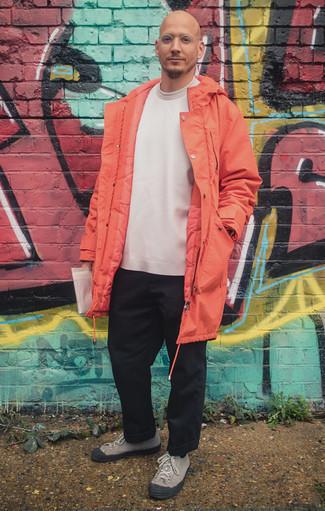 Combinar una parka naranja: Elige una parka naranja y un pantalón chino negro para lidiar sin esfuerzo con lo que sea que te traiga el día. Tenis de lona grises son una opción excelente para complementar tu atuendo.