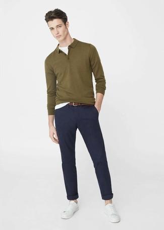 Combinar un polo de manga larga verde oscuro: Empareja un polo de manga larga verde oscuro con un pantalón chino azul marino para un lindo look para el trabajo. Tenis de cuero blancos darán un toque desenfadado al conjunto.