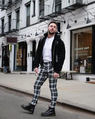Cómo combinar: botas casual de cuero negras, pantalón chino a cuadros en blanco y negro, camiseta con cuello circular blanca, sudadera con capucha negra