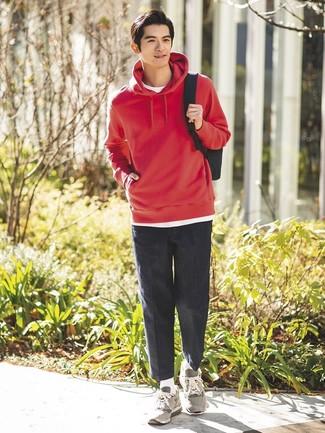Cómo combinar: deportivas grises, pantalón chino en gris oscuro, camiseta con cuello circular blanca, sudadera con capucha roja