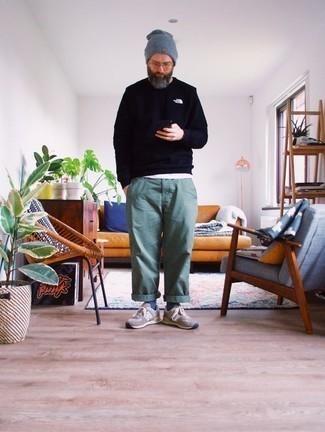 Combinar un pantalón chino en verde menta: Considera emparejar una sudadera azul marino con un pantalón chino en verde menta para conseguir una apariencia relajada pero elegante. ¿Quieres elegir un zapato informal? Opta por un par de deportivas marrónes para el día.