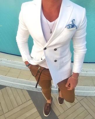 Cómo combinar: mocasín con borlas de cuero en marrón oscuro, pantalón chino marrón, camiseta con cuello en v blanca, blazer cruzado blanco