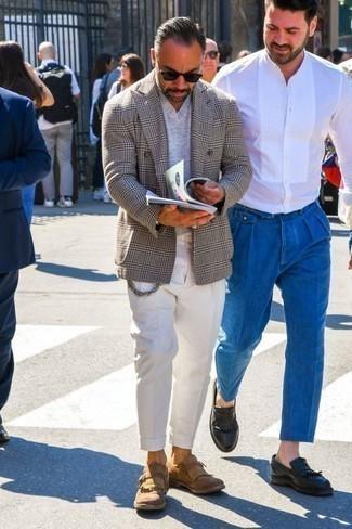 Combinar un blazer cruzado de tartán gris: Considera emparejar un blazer cruzado de tartán gris junto a un pantalón chino blanco para el after office. Con el calzado, sé más clásico y elige un par de mocasín de ante сon flecos marrón claro.