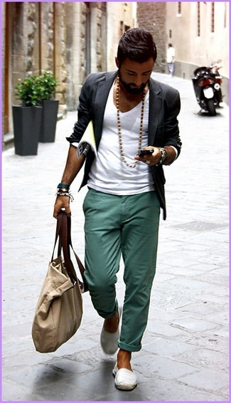 Combinar un blazer en gris oscuro: Considera ponerse un blazer en gris oscuro y un pantalón chino en verde azulado para lograr un look de vestir pero no muy formal. Zapatillas slip-on de lona blancas resaltaran una combinación tan clásico.