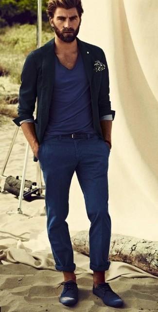 Cómo combinar: zapatos brogue de cuero azul marino, pantalón chino azul marino, camiseta con cuello en v azul marino, blazer negro