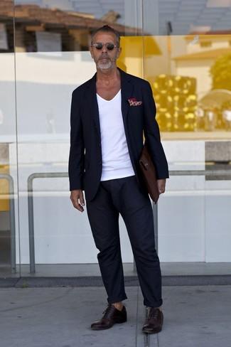 Cómo combinar: zapatos oxford de cuero en marrón oscuro, pantalón chino azul marino, camiseta con cuello en v blanca, blazer azul marino