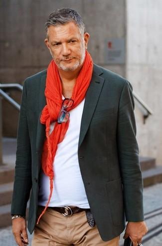 Cómo combinar: bufanda roja, pantalón chino marrón claro, camiseta con cuello en v blanca, blazer en gris oscuro
