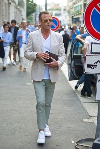 Look de moda: Tenis de cuero blancos, Pantalón chino en verde menta, Camiseta con cuello en v blanca, Blazer en beige