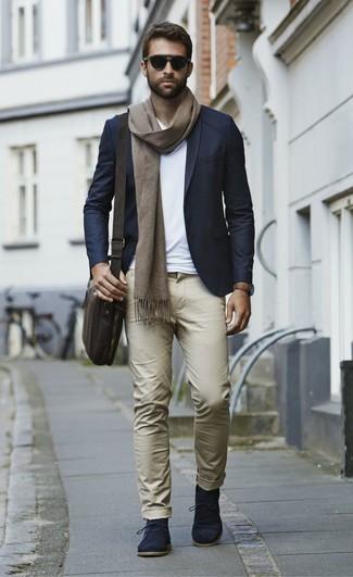 Cómo combinar: botas safari de ante azul marino, pantalón chino marrón claro, camiseta con cuello en v blanca, blazer azul marino