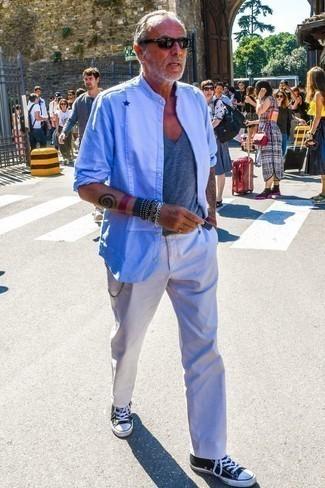 Combinar una camiseta con cuello en v gris: Ponte una camiseta con cuello en v gris y un pantalón chino blanco para una apariencia fácil de vestir para todos los días. Tenis de lona en negro y blanco son una opción grandiosa para completar este atuendo.