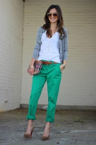 Unos zapatos de tacón de vestir con un cárdigan gris: Intenta combinar un cárdigan gris junto a un pantalón chino verde y te verás como todo un bombón. Zapatos de tacón son una opción incomparable para complementar tu atuendo.