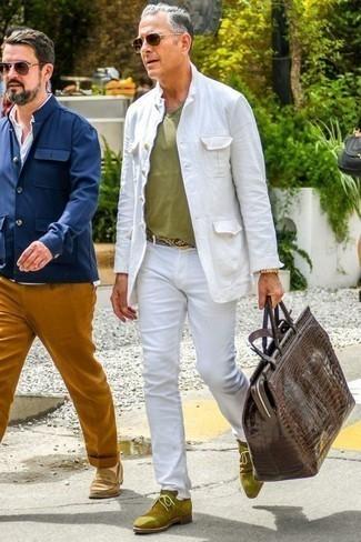 Combinar un pantalón chino con unas botas safari: Si buscas un estilo adecuado y a la moda, ponte una chaqueta estilo camisa blanca y un pantalón chino. Completa el look con botas safari.