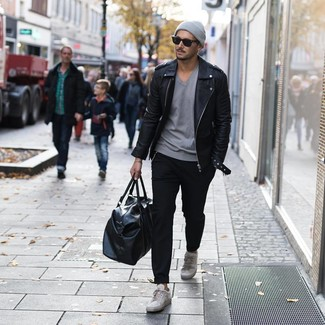 Cómo combinar: tenis de cuero grises, pantalón chino negro, camiseta con cuello en v gris, chaqueta motera de cuero negra