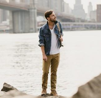 Cómo combinar: botas safari de ante marrónes, pantalón chino mostaza, camiseta con cuello en v blanca, chaqueta vaquera azul marino