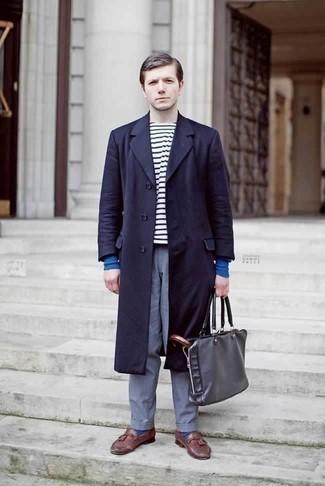 Combinar un mocasín con borlas de cuero burdeos: Opta por un abrigo largo azul marino y un pantalón chino azul para las 8 horas. ¿Te sientes valiente? Haz mocasín con borlas de cuero burdeos tu calzado.