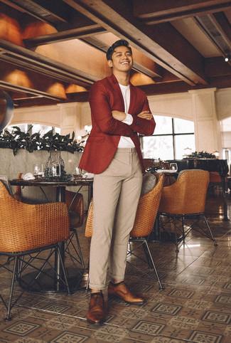 Cómo combinar: zapatos derby de cuero marrónes, pantalón chino de lana en beige, camiseta de manga larga blanca, blazer de lana rojo