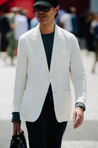 Cómo combinar: portafolio de cuero negro, pantalón chino de pana negro, camiseta de manga larga azul marino, blazer blanco
