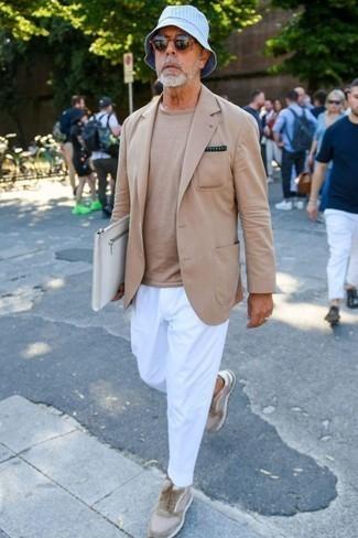 Moda para hombres de 50 años: Si buscas un look en tendencia pero clásico, elige un blazer marrón claro y un pantalón chino blanco. ¿Quieres elegir un zapato informal? Opta por un par de tenis de ante en beige para el día.
