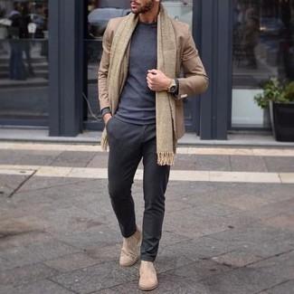 Combinar unos botines chelsea de ante en beige: Usa un blazer marrón claro y un pantalón chino en gris oscuro para las 8 horas. Con el calzado, sé más clásico y elige un par de botines chelsea de ante en beige.