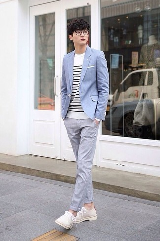 Combinar un pañuelo de bolsillo blanco: Emparejar un blazer celeste junto a un pañuelo de bolsillo blanco es una opción estupenda para el fin de semana. ¿Te sientes valiente? Complementa tu atuendo con zapatos derby de ante en beige.