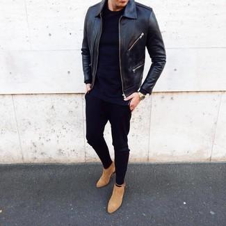 Cómo combinar: botines chelsea de ante marrón claro, pantalón chino negro, camiseta de manga larga azul marino, cazadora de aviador de cuero negra