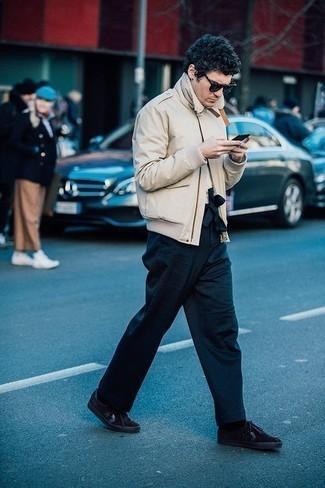 Combinar unas zapatillas: Equípate una cazadora de aviador en beige junto a un pantalón chino azul marino para lidiar sin esfuerzo con lo que sea que te traiga el día. Para darle un toque relax a tu outfit utiliza zapatillas.
