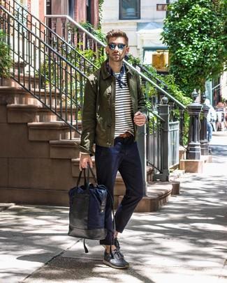 Cómo combinar: tenis de ante en gris oscuro, pantalón chino azul marino, camiseta de manga larga de rayas horizontales en blanco y azul marino, chaqueta estilo camisa verde oliva